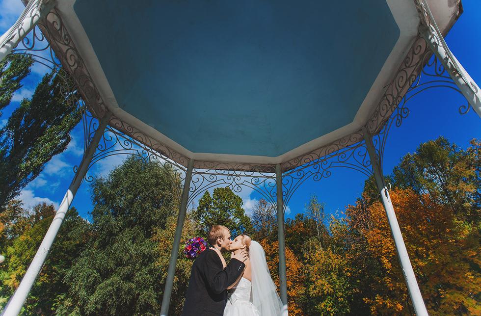 петербургском парк у дирижабля для свадебной фотосессии развиваются языки